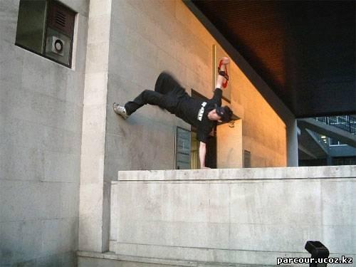 как перепрыгнуть через перила лестницы элементом паркура